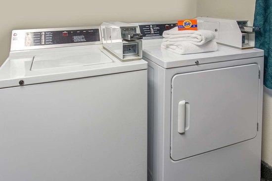 Super 8 by Wyndham Racine: Laundry