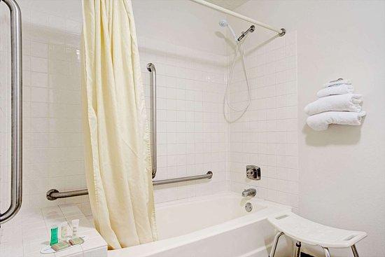 Chaska, MN: Guest room bath