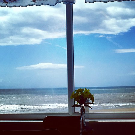 Hartley's Beach Shop and Cafe: The view from the Windows is above money!