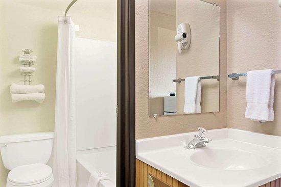 Super 8 by Wyndham Spokane/West: Bathroom