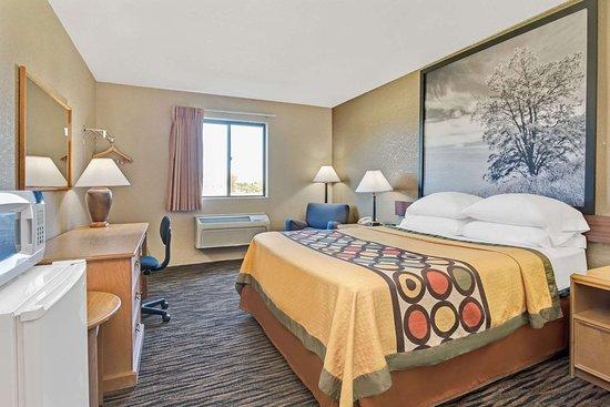 Super 8 by Wyndham Spokane/West: 1 Queen Bed Room