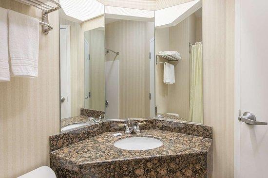 Super 8 by Wyndham Harrisburg Hershey North: Bathroom