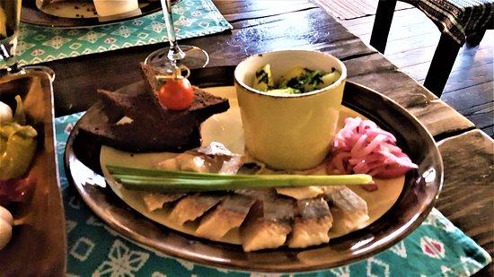 Korchma Salo: Plat: pommes de terre vapeur, oignons crus, hareng salé et pain noir au goût de pain d'épice