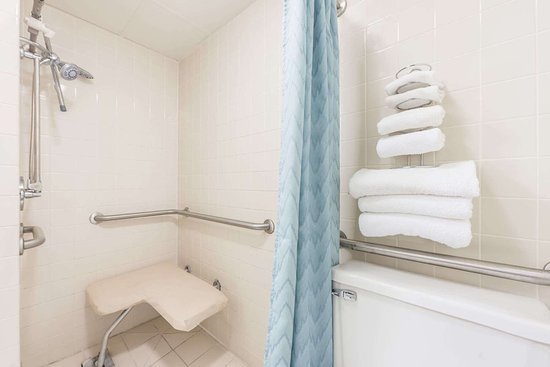 Super 8 by Wyndham du Quoin: ADA Bathroom