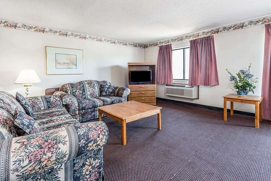 DuQuoin, IL: Suite Living Area