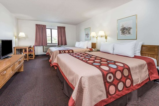 DuQuoin, IL: 2 Queen Bed Room
