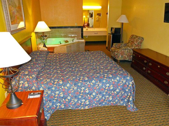 Country Hearth Inn Cayce : One King Bed Jacuzzi Suite