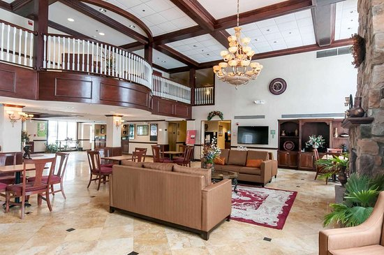 Comfort Inn & Suites: Spacious lobby with sitting area