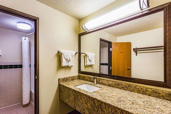 แฮมพ์ตัน, ไอโอวา: Guest room bath