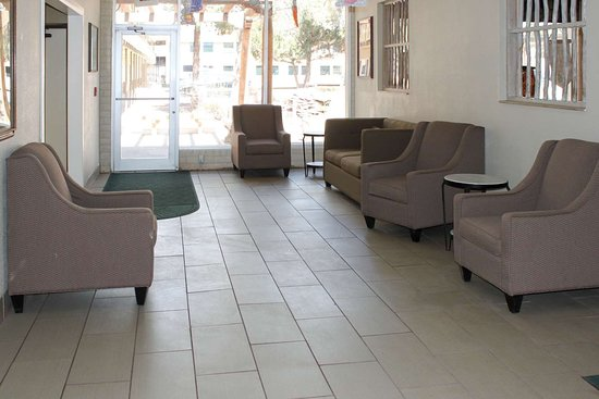 Window Rock, AZ: Lobby with sitting area