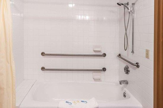 Oconto, WI: Accessible guest room bathroom