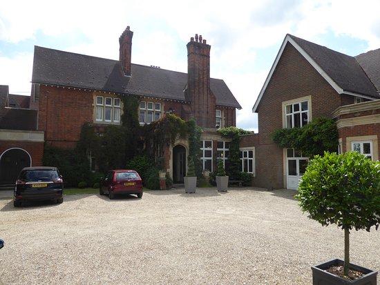 Great Baddow, UK: Car park & reception