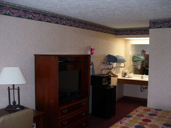 Camden, TN: One King Bed Suite