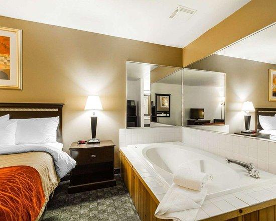 Edgerton, WI: Spacious suite with whirlpool bathtub