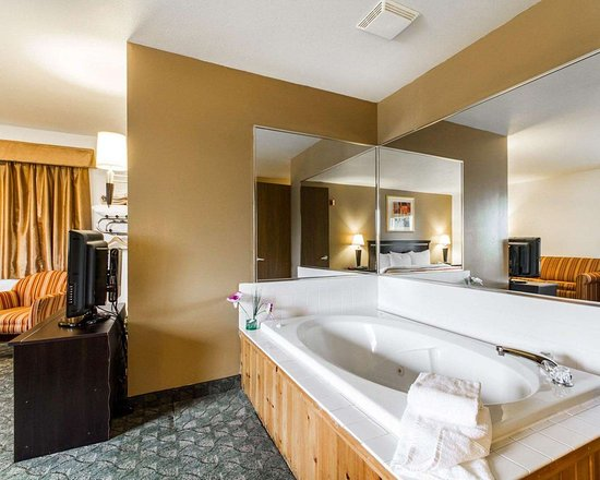 Edgerton, WI: King suite with whirlpool bathtub
