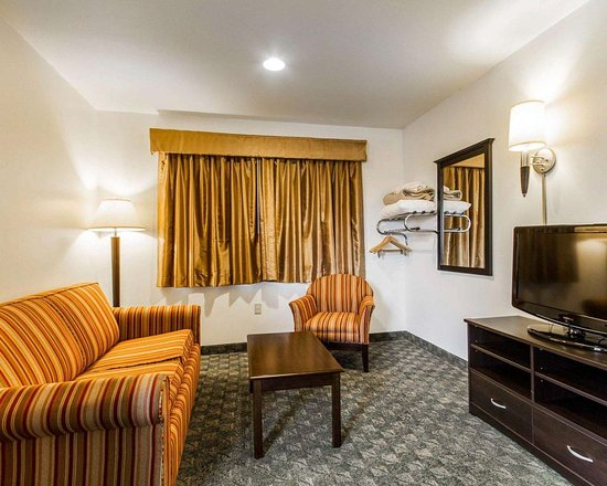 Edgerton, WI: Spacious suite with sofa sleeper