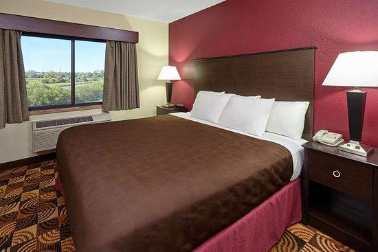 AmericInn by Wyndham Elkhorn Near Lake Geneva: Guest room