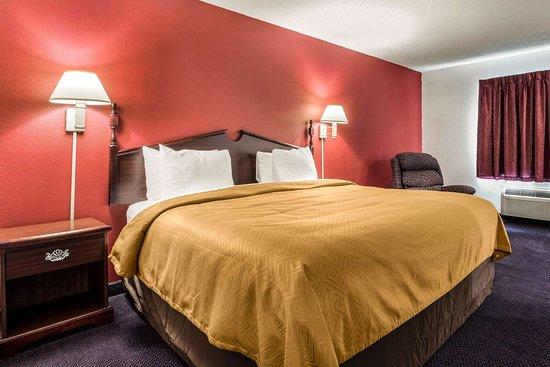 Redgranite, WI: King suite with whirlpool bathtub