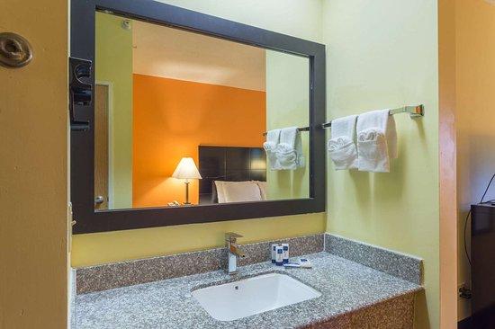 Streator, IL: Guest room bath