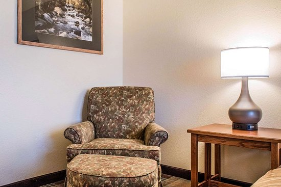 Comfort Inn & Suites: Guest room with king bed(s)