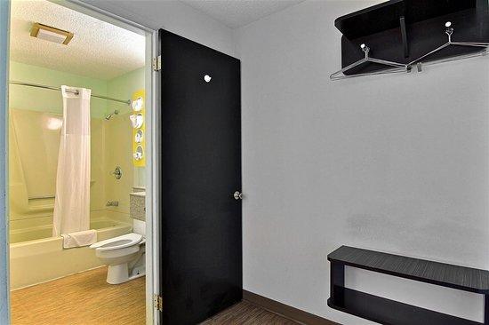 Gilman, IL : bathroom