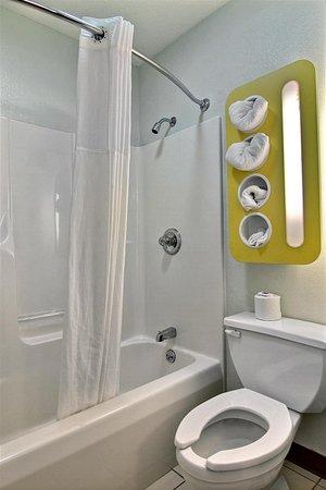 Gilman, IL: bathroom