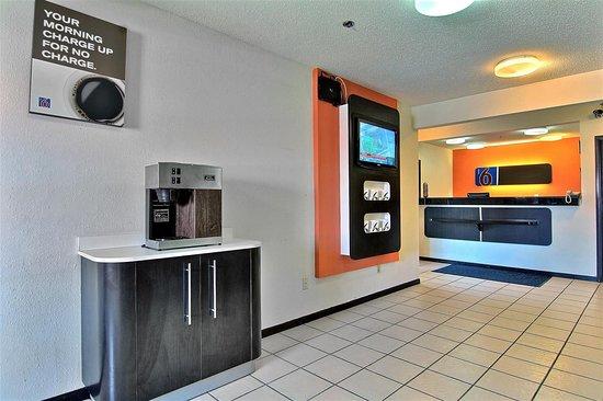 Motel 6 Gilman: lobby