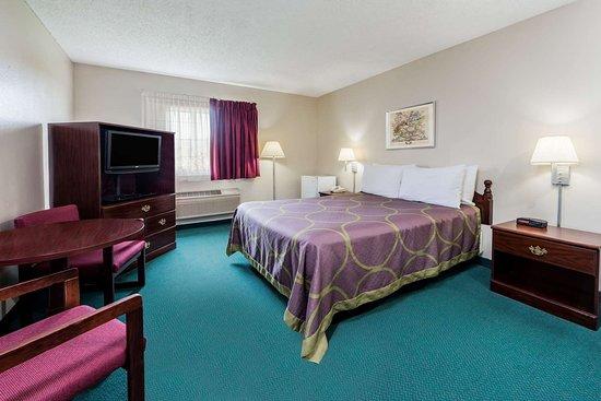 Jerseyville, IL: ADA 1 Queen Bed Room