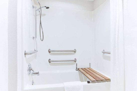 Oelwein, IA: Guest room bath