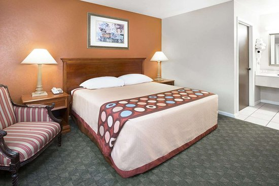 Taylorville, IL: Guest room
