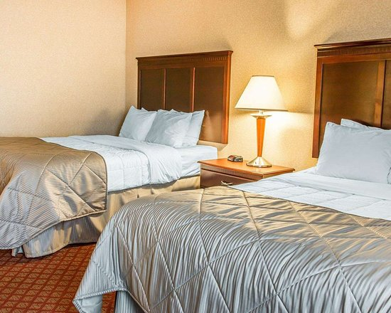 Clarion Inn & Suites Airport: Suite with queen beds