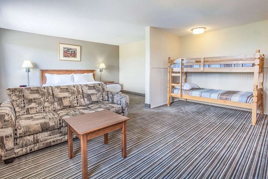 Super 8 by Wyndham Truro NS: 1 King Bed Family Suite
