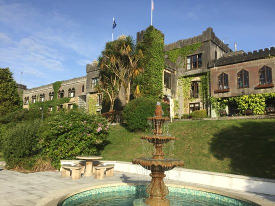 Abbeyglen Castle Hotel: Facing the hotel from the fountain.
