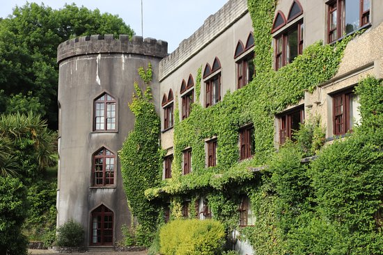 Abbeyglen Castle Hotel: Tower at end of hotel.