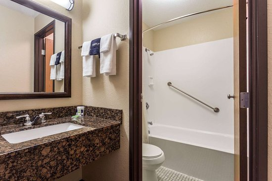 New Richmond, WI: Guest room bath