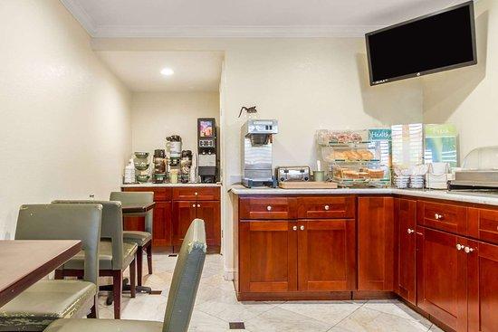 Quality Inn University: Breakfast area