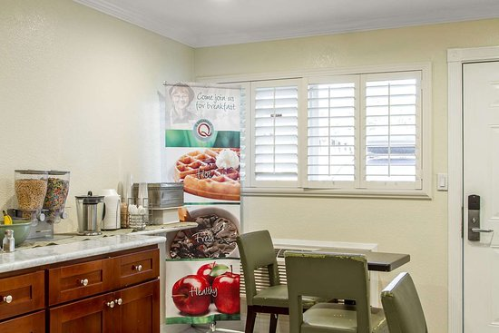 Quality Inn University: Breakfast area
