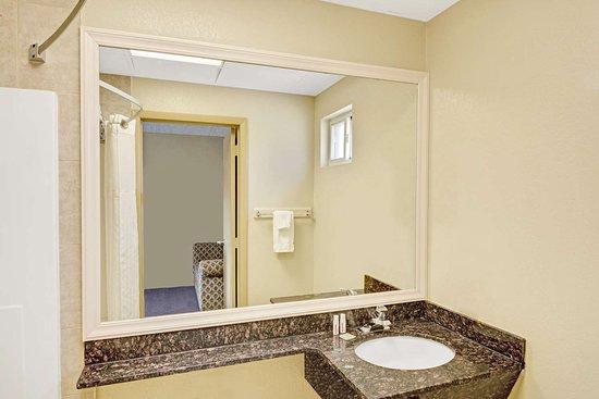 Super 8 by Wyndham Milford/New Haven: Bathroom