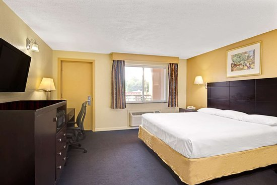 Super 8 by Wyndham Milford/New Haven: 1 King Bed Room