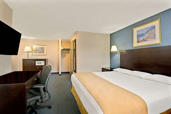 Super 8 by Wyndham Milford/New Haven: 1 King Bed Suite