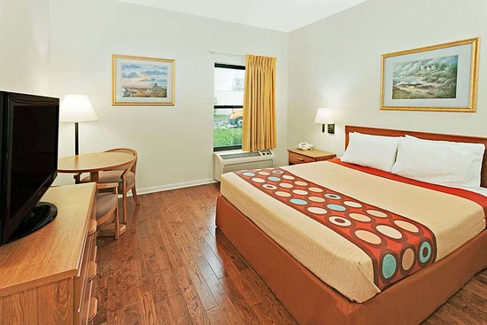 Hampshire, IL: One Queen Bed Guest Room