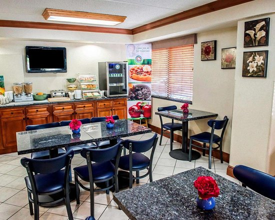 Quality Inn & Suites North : Breakfast counter