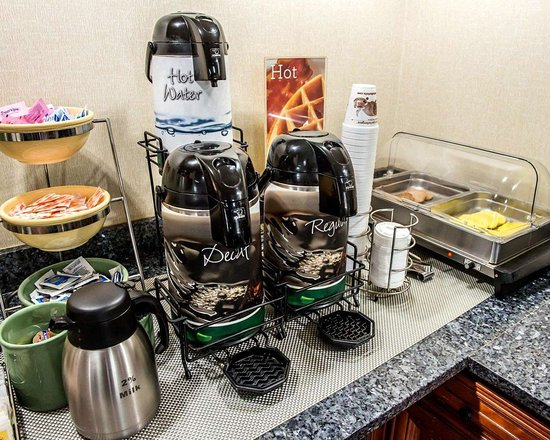Quality Inn & Suites North : Hot and cold breakfast buffet