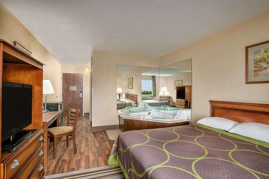 Grayville, IL: Jacuzz Suite