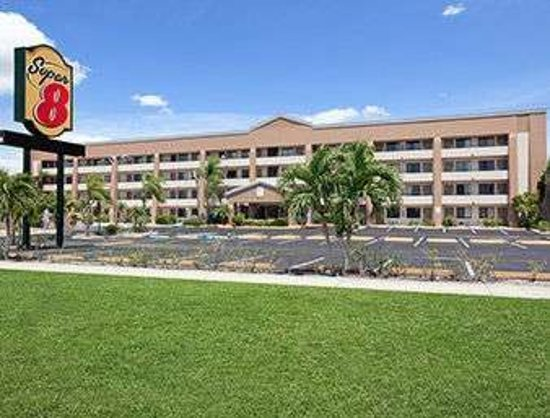 Super 8 by Wyndham Fort Myers: Welcome to the Super 8 Fort Myers