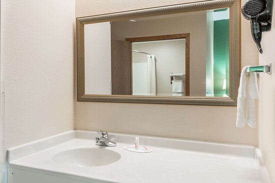Super 8 by Wyndham Mt. Carmel IL: Guest room bath