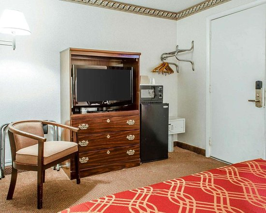 Econo Lodge : Guest room with flat-screen television