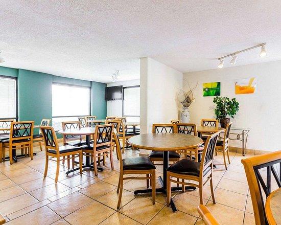 Quality Inn Coliseum: Breakfast area