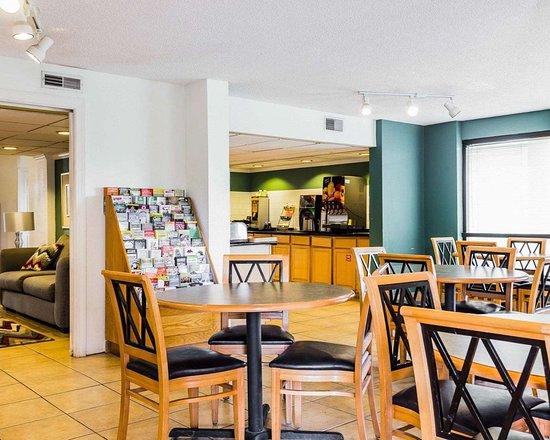 Quality Inn Coliseum: Breakfast area in the lobby