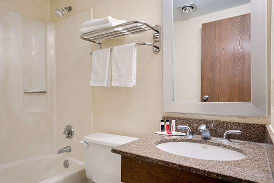 Mounds View, MN: Guest room bath